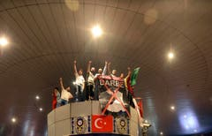 Menschen protestieren im Flughafen Atatürk in Istanbul. (Bild: Ismail Coskun/IHA via AP)