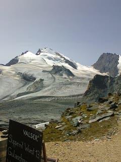 Rimpfischhorn 4199 m, in der Mitte das Strahlhorn 4190 m und links das Fluchthorn 3790 m von der Britanniahütte aus gesehen (Bild: Hans Scheidegger)