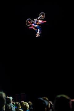 Freestyle-Show in Grosswangen: Mat Rebeaud fliegt durch die Luft. (Bild: Boris Bürgisser / LZ)