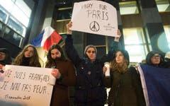 Frauen zeigen Parolen vor der französischen Botschaft im Montreal. (Bild: AP/Graham Hughes)