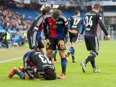 Mohamed Elneny küsst nach seinem Treffer Boden. (Bild: Keystone / Georgios Kefalas))