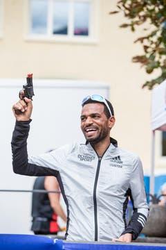 Tadesse Abraham gibt den Startschuss zum Halbmarathon. (Bild: Manuela Jans-Koch / Neue LZ)