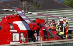 Belastend: Rettungskräfte bringen die schwerverletzte Lenkerin zum Rega-Heli. (Bild: Geri Holdener)