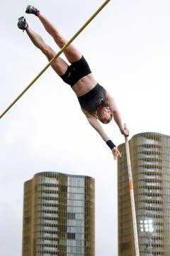 Nicole Büchler gewinnt den Stabhochsprung-Wettkampf in 4.70 Meter. Danach liess die Bielerin noch die Schweizer Rekordhöhe von 4,81 m auflegen, blieb aber ohne Erfolg. (Bild: Keystone / Urs Flüeler)