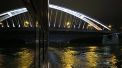 Die Brücke von Bratislava spiegelt sich im Schiffsfenster (Bild: Helene Gosswiler)
