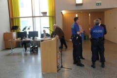 Sicher ist sicher: Angehörige der Kantonspolizei sind ebenfalls vor Ort. (Bild: Geri Holdener, Bote der Urschweiz)