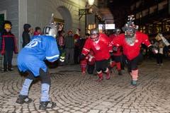 """Die Familienfasnächtler Ängelbärg sind mit """"Swissamerican Football"""" sportlich unterwegs. (Bild: Edi Ettlin / Neue OZ)"""