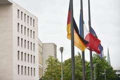 Beim deutschen Aussenministerium in Berlin stehen die Flaggen auf Halbmast. (Bild: EPA/Klaus-Dietmar Gabbert)