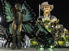Mit dem Motto «Don Quixote» nimmt die «Samba School Mocidade» an der Parade teil. (Bild: Keystone)