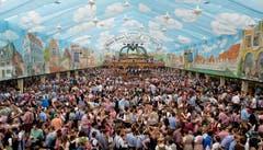 Tausende Besucher feiern in einem der Bierzelte. (Bild: Keystone / Sven Hoppe)