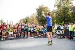 Viktor Röthlin leitet ein kurzes Einturnen mit den Schülern vor dem Start. (Bild: Manuela Jans-Koch / Neue LZ)