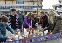 Kollegen trauern am Joseph-König-Gymnasium in Haltern um ihre Kollegen. Unter den 150 Todesopfern befinden sich 16 Schüler sowie 2 Lehrer. (Bild: Keystone)