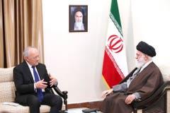 Irans oberster Führer Ali Khamenei, rechts, empfängt den Schweizer Bundespräsidenten in Teheran. (Bild: Keystone)