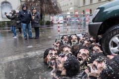 Eine Guggenmusik hat sich ihrer Masken entledigt, während des traditionellen Monsterkonzerts auf dem Bundesplatz an der Berner Fasnacht. (Bild: ALESSANDRO DELLA VALLE)