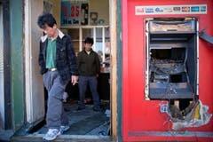Jason Park (links) und sein Geschäftspartner Sung Kang in ihrem zerstörten Geschäft. (Bild: Keystone / Matt Rourke)