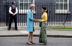 Im bunten Schuhwerk heisst Theresa May die Aussenministerin von Myanmar Aung San Suu Kyi, in London willkommen. (Bild: Kirsty Wigglesworth/AP)