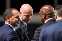 Drei Kandidaten stecken die – mehrheitlich haarlosen – Köpfe zusammen: Tokyo Sexwale, Gianni Infantino und Prinz Ali bin Al Hussein (von rechts). (Bild: Keystone/Ennio Leanza)