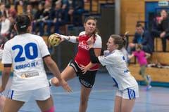 Die Stanser Topskorerin Nadia Fellmann (mitte) gegen Annic Dormann von GC. (Bild: Roger Grütter)