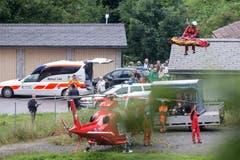 Der Zugunfall hatte ein grossen Aufgebot an Rettungskräften ausgelöst. Im Einsatz standen unter anderem 60 Feuerwehrleute, vier Helikopter der Rettungsflugwacht, acht Ambulanzen, Taucher, ein Care Team sowie die Kantonspolizei Graubünden. (Bild: Keystone)