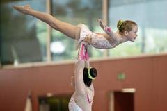 Naja Geyer und Lara Aeberhard vom NSW Akro + Getu Winterthur beim Akrobatikturnen. (Bild: Pius Amrein)