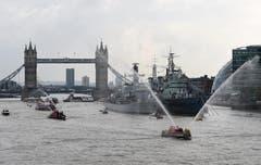 Salutschüsse zu Ehren der Queen auf der Themse. (Bild: Keystone)