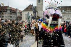 """Kostümierte Personen werfen Konfetti und laufen am Umzug """"ZüriCarneval 2015"""". (Bild: ENNIO LEANZA)"""