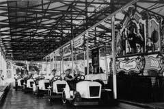 Das «Autodrom» des Ehepaars Weidauer. Die Fahrrichtung war vorgegeben: strikte im Kreis um die Chilbi-Orgel in der Mitte herum. Ca. 1930er-Jahre. (Bild: Archiv Max Stoop)