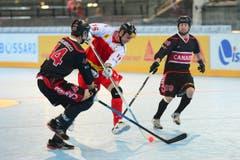 Die Schweizer Streethockey-Nati spielt heute gegen Kanada. Im Bild : Simon Ghilarducci (CAN) und Dustin Kelly (CAN) gegen Mathias Beiersdoerfer (SUI). (Bild: Maria Schmid)