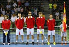 Trauer beim spanischen Daviscup-Team vor dem Spiel gegen Rumänien in Klausenburg: (von links) Captain Conchita Martinez, Roberto Bautista Agut, Feliciano Lopez, Pablo Carreno Busta und Marc Lopez. (Bild: EPA/Robert Ghement)