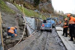 … aber zuerst wird die Bergseite der Mauer armiert und mit Spritzbeton gesichert. (Bild: Robert Hess / Neue OZ)
