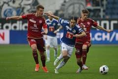Luzerns Jahmir Hyka (mitte) gegen Vaduzs Robin Kamber (links) und Joel Untersee (Bild: Philipp Schmidli)
