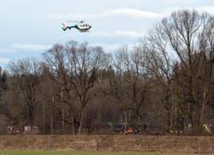 Ein Helikopter im Einsatz über der Unglücksstelle. (Bild: EPA/Sven Hoppe)