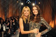 Platz 9: «Germany's Next Topmodel». Auf dem Bild: Jurymitglied Heidi Klum mit Vanessa Fuchs (rechts). Die 19-Jährige gewann 2015 die Castingshow. (Bild: ProSieben / Micah Smith)
