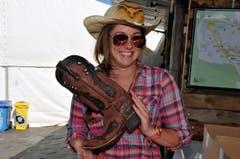 Vom Schuh bis zum Hut: «Es muss einfach stimmen» ve. «Schuhe, Hut und Gurt sind aus Texas – und die Ohrringe auch», sagt Ramona Odermatt aus Ennetmoos. Bereits zweimal war die 24-Jährige im texanischen Kerrville. Auch ihre Familiengeschichte führt in die USA: Die Schwester ihres Grossvaters ist vor langer Zeit dorthin ausgewandert. Besonders stolz ist die passionierte Reiterin auf ihre Stiefel. Etwa zehn verschiedene Läden hat sie in Texas abgeklappert, bis sie endlich ein passendes Paar gefunden hat. «Ich sah sie und wusste gleich: Die sind es.» Für die richtige Schuhpflege braucht es nur eines: Lederfett. (Bild: Adrian Venetz)