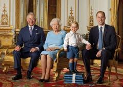 Dieses Foto gab es noch nie: Drei Generationen, welche die Queen irgendwann bewerben werden (von links): Prinz Charles (67), Queen Elizabeth II (90), Prinz George (2) und Prinz William (33). (Bild: AP / Ranald Mackechnie)
