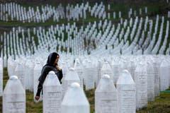 Die Gedenkstätte bei Srebrenica erinnert an das Massaker, das bosnisch-serbische Truppen im Krieg verübt haben: 8000 bonsische Männer wurden getötet. (Bild: AP Photo/Amel Emric)