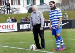 Der ehemalige Nati-Trainer Köbi Kuhn (links) und Ex-FCL-Spieler Hakan Yakin beim Anpfiff. (Bild: Werner Schelbert / Neue ZZ)