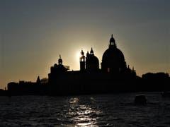 """Es schüttelt und rüttelt in Venedig auf diesem Vaporetto und trotzdem gelingt dieses """"Sonnenuntergangs-Foto"""" ! (aufgenommen unterwegs von der Insel Murano nach Venedig) (Bild: Margrith Imhof-Röthlin)"""