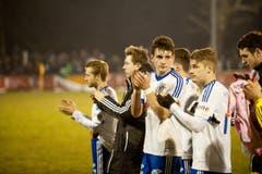 Die Buochser Spieler bedanken sich bei den Fans nach dem Spiel. (Bild: Boris Bürgisser (Neue LZ))