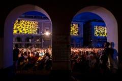 Eine Installation zeigt das fürs Filmfestival typische Leopardenmuster rund um die Piazza Grande. (Bild: Keystone)