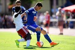 Olivier Mvondo (links) versucht Tomi Juric vom FCL den Ball abzuluchsen. (Bild: OLIVIER MAIRE)
