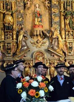 Das «Jodlercheerli Brisäblick» untermalt die Bundesfeier in der Wallfahrtskirche Maria-Rickenbach mit ihren Stimmen. Sie stehen vor der Marienfigur mit Kind. (Bild: Romano Cuonz)