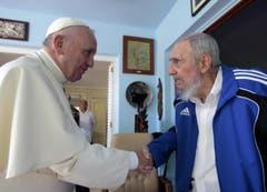 Bei seinem Kuba-Aufenthalt besucht der Papst unter anderen den ehemaligen Staatschef Fidel Castro. (Bild: Keystone)