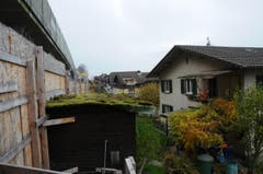 Die Baustelle reicht zum Teil bis in die Gärten der Anwohner. (Bild: Philipp Unterschütz / Neue NZ)