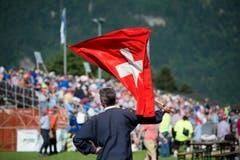 Fahnenschwinger beim Jubiläums-Schwingfest. (Bild: Pius Amrein)