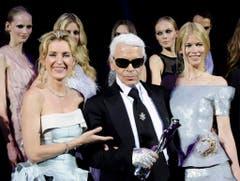 """Fashion Week in Berlin am 19. Juli 2008: Der deutsche Designer Karl Lagerfeld hat den """"Mercedes Platinum"""" erhalten. Er wird flankiert von Maria Furtwängler (links) und Model Claudia Schiffer. (Bild: Keystone)"""