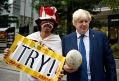 Auch ein Rugby-Fan findet sich auf den Strassen Tokios. (Bild: AP / Stefan Rousseau)