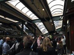 Der Zug sei in der morgendlichen Rush-Hour verunglückt, als viele Pendler unterwegs waren. (Bild: Ian Samuel via AP)