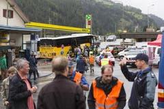 Postautos bringen die Zugpassagiere weiter. (Bild: Keystone)