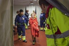 Bei der Übung wurden die Betroffenen unter anderem mit Decken vor Kälte geschützt. (Bild: Edi Ettlin)